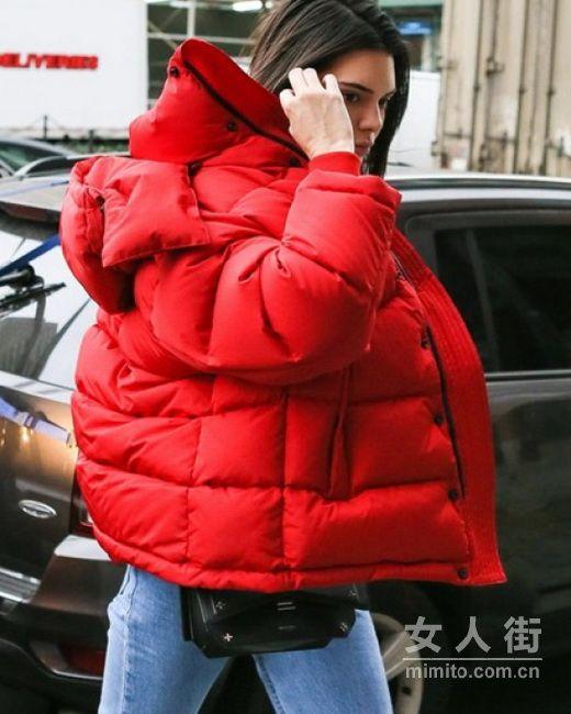 红色针织搭配红色外套,满满的节目气氛
